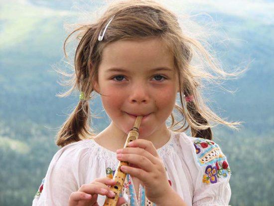 девочка играет на дудочке