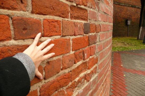 рука в стене
